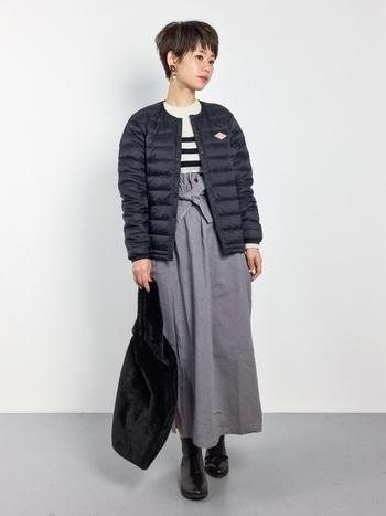 黒のインナーダウンジャケットを羽織った、大人カジュアルなスタイリングに、同じく黒のファートートを合わせて。程よい存在感でさりげないかわいさがあります。持ち手もファーなので持つだけでも暖かいのもうれしい。