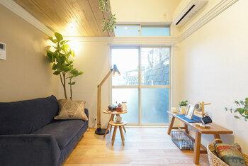 できるだけ空間を仕切らず、オープンな空間を保つと広々とした印象を与えます。  手前には床が見える家具や低めの家具を、背の高い家具やインテリアグリーンは部屋の奥に置くのが◎