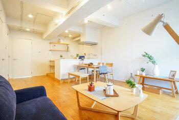 家具の配置やサイズを工夫すれば、開放感のある空間に。具体的には、家具をお部屋の両端に寄せて中央に空間をつくることがポイントです。