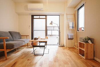お部屋の面積の大半を占めるのが「ベースカラー」。床や壁、天井の色のことを言います。  空間が広く見える色は、白。目に優しいアイボリーや明るいベージュの壁や天井を選ぶと良いでしょう。