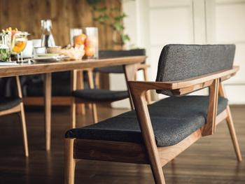 空間を広く見せるのは、背の低いロータイプの家具。天井までの空間が広々と見えるため、部屋全体が開放的になります。