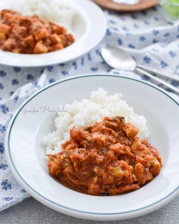 カロリーを気にせず食べられる「サバ缶と高野豆腐のカレー」。サバ缶を丸ごと使っているので栄養も文句なしです。食事制限中は避けがちなカレーもこれなら思う存分楽しむことができますね。
