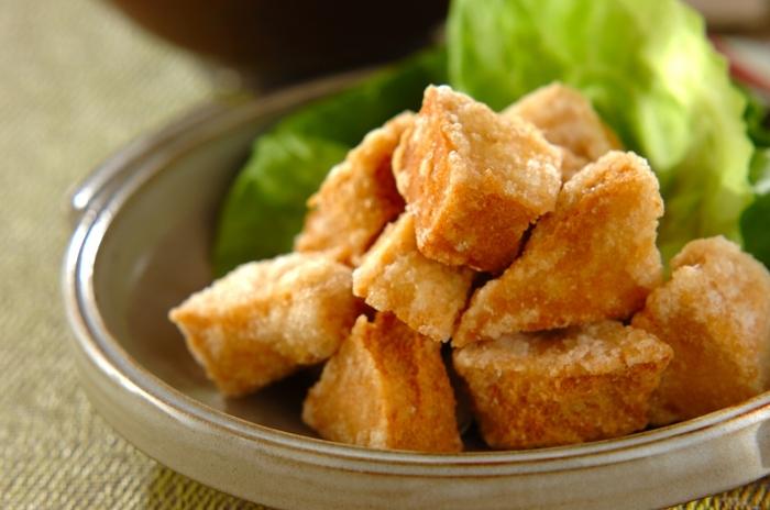 鶏の唐揚げよりも大幅にカロリーダウンできる「高野豆腐の唐揚げ」。高野豆腐は手でちぎることで漬けダレがしっかりと染み込んでくれます。さっと揚げれば外はサクサク中はもっちりの独特の楽しい食感に仕上がりますよ。おつまみとしてもおすすめな一品です。