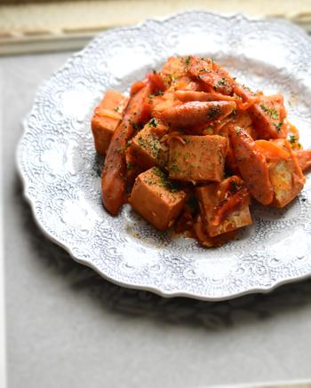 洋風に大変身した「高野豆腐のナポリタン風」。和の食材として使われることが多い高野豆腐ですが、ヨーグルトで下ごしらえして和えるだけでヘルシーなナポリタンが完成します。カロリーダウンしたい時には大活躍してくれる万能食材なので、色んな料理にも代用できそうですね。