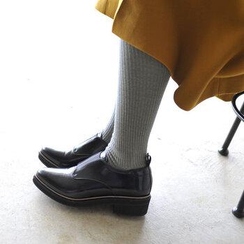 オールシーズン対応のデニムやプリーツスカートは、真冬には少し寒いことも…。タイツ・レギンス・レッグウォーマーやウール素材のソックスなどで、足元から防寒しましょう。重たい印象になりがちなベーシックなアウターも、カラータイツなどで差し色を加えてあげるとワンポイントにもなりますよ。