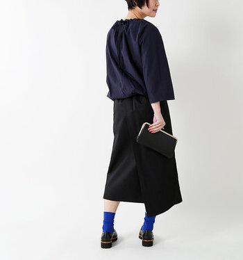 黒×ネイビーのコーデにブルーのソックスをプラス。ダークカラーだけでまとめた中に鮮やかな色が入ることで、洗練された印象に。