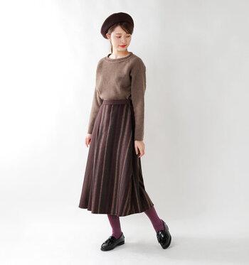 こっくりとしたボルドー。女性らしさのあるカラーなので、フェミニンスタイルにぴったり。プリーツスカートがより華やかなスタイルになりますよ。