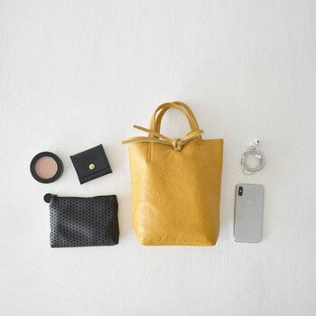 ときめくものだけを持つには、持ち物ひとつひとつと向き合うことが大切です。バッグの中身を並べて俯瞰してみると、自分の持ち物を客観視できます。いらないものを持っていないか、気分を下げるようなものはないか、定期的にチェックしてみましょう。