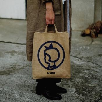 イヤマちゃんのオリジナルグッズはなんと日本でも手に入れることができちゃうんです。そして、この「ジュートトートバッグ」は日本限定デザイン!現地のイヤマの紙袋を麻の生地にデザインしたこのジュートトートバッグはとてもおしゃれですので、夏のアイテムにいかがでしょうか?