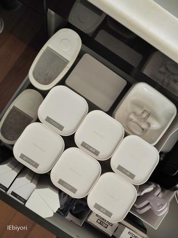 片手で簡単に使える秘密は、レバーとフタのパッキンの部分が連動しているからだそう。簡単に開封できるだけでなく、透明なので中身がよくわかり、シンプルな形状でサイズも豊富なので、冷蔵庫の整理にも最適です。