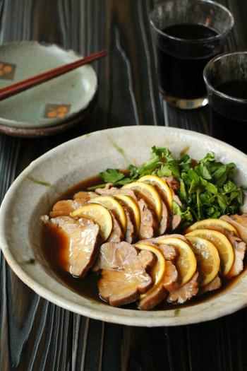 紅茶とめんつゆを使って作る煮豚のレシピです。めんつゆも料理に使える万能アイテムですよね。レモンを間に挟んでさっぱり。タレに片栗粉を入れてとろみをつけると、タレがお肉にほどよくからみます。