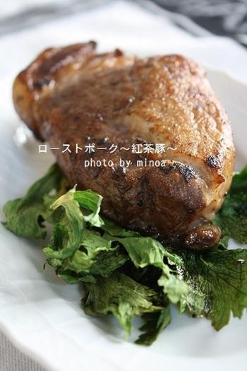 ローストポークもホームパーティーに定番の料理ですよね。紅茶に豚肉を一晩漬けこむ下ごしらえをするので、お肉がしっとりやわらかに。