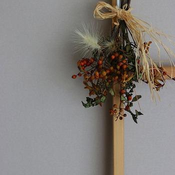 ドライフラワーをまとめて麻ひもで縛るだけでスワッグに。野ばらの実やツゲを使った秋色のスワッグで、お部屋に季節感を取り入れてみませんか?