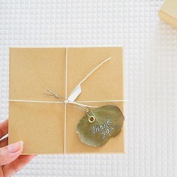 ドライにしたユーカリの葉を使ったラッピングアレンジ。ユーカリに金具をはめて作ります。メッセージを記入すれば、思い出に残る心のこもったプレゼントに♪