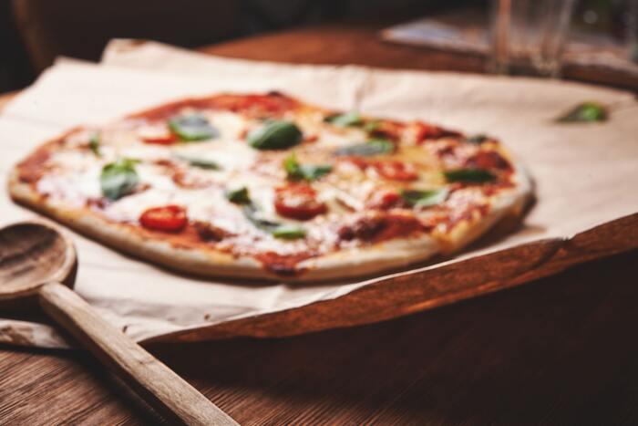 家族や友達とワイワイ食べたいピザ。ホームベーカリーで生地を捏ねたら、伸ばして具材を載せてオーブンへ!伸ばす工程などは、子供も楽しくお手伝いできますね。