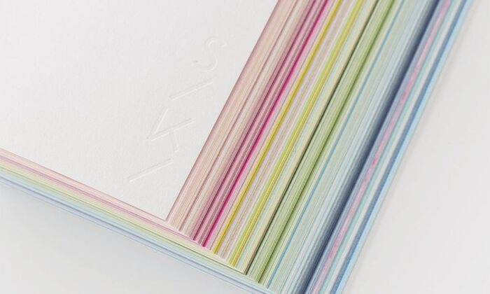 めくるたびにわくわくするような気持ちになれる「SIKI」のノート。一般的なノートは白一色ですが、テーマに合わせたさまざまな色彩を一冊で楽しめます。断面は斜めにカットされているため、閉じている時も美しい色彩を楽しめます。色だけでなく紙の質感も異なるため、手触りの違いも感じられます。スケッチやアルバムなど、自由気ままに使えて便利です。