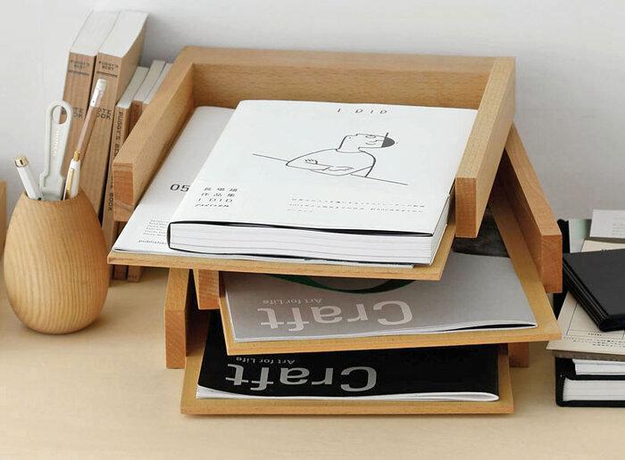「BUTLER」のデスクトレイは、ノートや書類を整理するのにぴったりのアイテム。無造作に重ねているように見えますが、360°回転するスライド式。くるっと回すと、ワンアクションで下の段の書類もすぐに取り出せて、すっきりとスマートな収納を叶えてくれます。