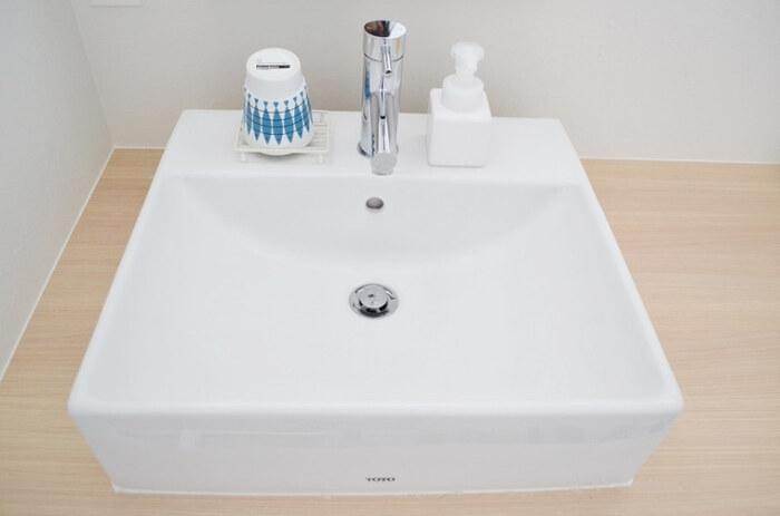 歯磨きコップは、放っておくとすぐに底にぬめりが発生してしまいます。  逆さまにしてソープディッシュにのせておけば、水切りができます。 コップのデザインにこだわれば、洗面台をセンスアップするくらいのアクセントに◎