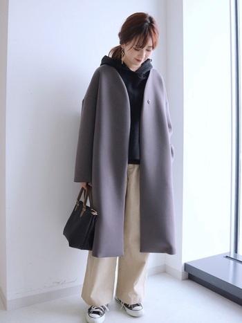 いつもは会社に着ていくようなベーシックなノーカラーコートも、実はパーカーがお似合い♪白・黒・グレーのモノトーンコーデを作って、カジュアルだけど品のあるスタイルに。