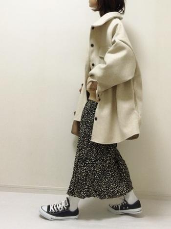白のジャケット風アウターはやっぱりビッグシルエットが気分。中に着るスウェットはコンパクトなサイズにして、着ぶくれを防止しましょう。ボトムに黒ベースのスカートを合わせれば、コーデにメリハリが出ます。