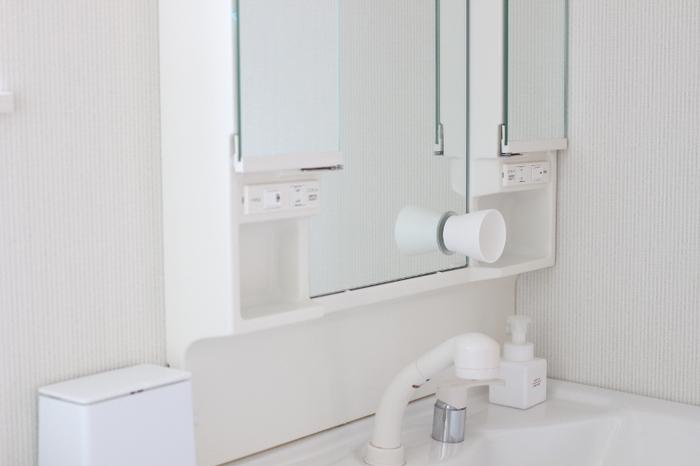 歯磨きコップを直置きしたくないときは、鏡に吸盤で取り付けるタイプが便利。 横向きになるので自然に水が落ち、手入れが楽に。  浮かせる収納にすることで直置きのものが減り、退ける手間なく掃除ができます。