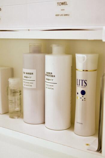 ボトルの詰め替えに抵抗があるなら、スキンケア用品をできるだけ白で統一すると◎ 洗面台や収納は白であることが多いので、空間になじみ、すっきりとした印象になります。