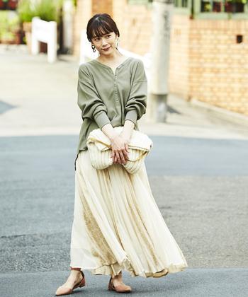 ワッフル素材のヘンリーネックトップスは、カーキにホワイト系のプリーツスカートを合わせて女性らしい雰囲気に。足元はベージュのパンプスで、フェミニンなスタイリングに仕上げています。オーバーサイズのデニムジャケットを羽織ったり、ロング丈のアウターを羽織ったり、さまざまなテイストで楽しめる秋冬コーデですね。