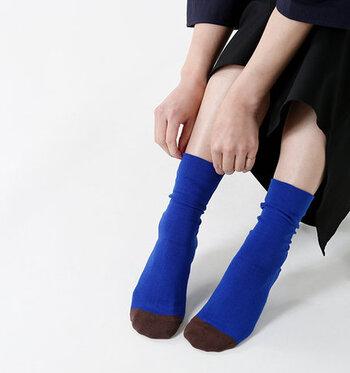靴を履いていると単色のカラーソックスのように見えますが、靴を脱いだ時につま先のアクセントカラーがワンポイントに。サンダルやオープントゥのパンプスと合わせれば、アクセントカラーをアピールしながらスタイリングに大活躍してくれます。