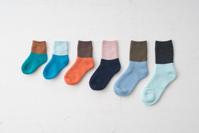 靴下を作る中で生まれる残糸を使って、バイカラーデザインに仕上げたカラーソックスです。子どもから大人まで、男女も問わずにお揃いで履ける6サイズ展開なのも嬉しいポイント。自分で色を選ぶことができないアソート仕様なので、くじびき感覚で自分では選ばないようなカラーも楽しんじゃいましょう。