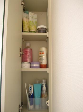 鏡裏なら引出しにしまえば、カラフルなパッケージを隠すことができます。 家族ごとに使っている歯磨き粉が違って、数が多い…なんてご家庭でも、役立ちそうなアイデアです♪