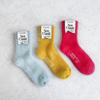 毛足の長いモヘヤ糸を採用した、暖かみのあるカラー靴下です。カラーは全3色展開。ピンクやマスタードなどの女性らしいカラーが、冬の着こなしに程よいアクセントを加えてくれます。