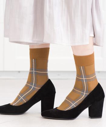 """5本線のチェック柄が、ちょっぴりレトロな印象を与える柄ソックス。""""父の履いている靴下""""をイメージしたという、おじマニッシュな印象が今っぽい雰囲気のアイテムです。パンプスやローファーと合わせて、クラシカルなスタイリングと相性抜群◎"""