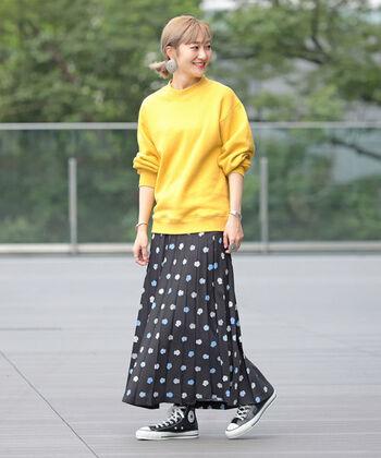 珍しいYシャツ柄!のスカートに目が釘付け。パキっとしたポップなカラーのスウェットには、黒ベースの柄スカートを合わせると、北欧っぽい雰囲気に仕上がるのでぜひ試してみて。