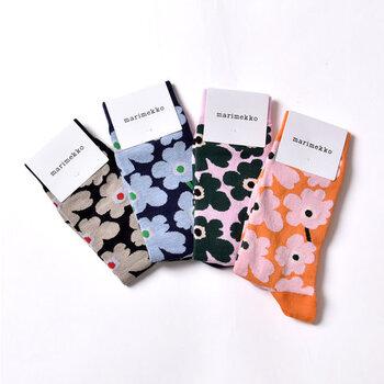 """「marimekko(マリメッコ)」を代表するテキスタイルの""""UNIKKO(ウニッコ)""""柄がおしゃれな靴下。青やピンクなど華やかなカラーリングで、落ち着き過ぎないデザインに仕上げています。大人コーデにも取り入れやすいのが魅力ですね。"""