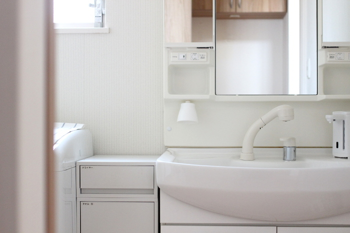 洗面台は、家の中でも特に頻繁に使う場所。 できるだけいつも使いやすく、スッキリした状態をキープしたいですよね。 ご紹介したアイデアを参考に、毎日が気持ち良く過ごせるような洗面台を目指してみてくださいね。