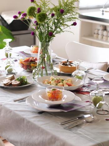 テーブルの上やキッチンカウンターの上など、お花やグリーンを飾るだけでおしゃれな雰囲気をグッと格上げできます。スーパーなどで売っている花を細いグラスに入れて一輪挿しのようにしても、雰囲気が出るのでおすすめです。