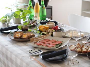 日程と人数が決まったら、次は料理や飲み物の分担分け。自分ですべてを用意して会費制にするのか、それとも持ち寄り制にするのかなど、参加者とホームパーティーの内容をまとめましょう。