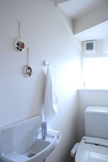 家の中でも特に念入りに掃除したいのが、トイレや洗面台。生活感が出やすい場所でもあるので、誰でも使いやすい場になるように清潔感を意識しましょう。タオルを新しいものに変えて、ティッシュやトイレットペーパーの準備も忘れずに。