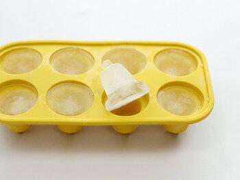 冷たいドリンクを用意しているなら、氷はホームパーティーの必須アイテムの一つ。コンビニなどでも手軽に購入できますが、おしゃれな型で事前に多めに作っておくと、気分も上がり話題にもなりやすいのでおすすめです。