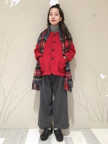 赤いジャケット丈のアウター。グレーのトップスとボトムを合わせてアウターが主役のコーデに。