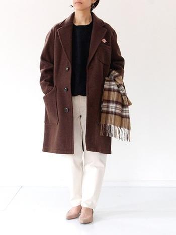 ブラウンのチェスターコートは絶妙な色の深さなので、インナーがモノトーンコーデでも重くならず、暗くなりがちなこの季節のコーデにも一役買ってくれます。アクセントにチェックのストールを合わせましょう。