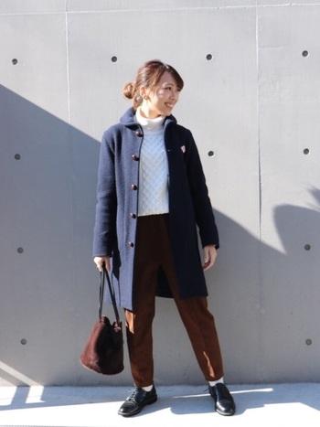 プレッピーなネイビーのウールコート。流行りすたりの無いデザインと確かな品質なので、1枚あると毎年心強いアイテムです。今年はトレンドのブラウンカラーと合わせて。