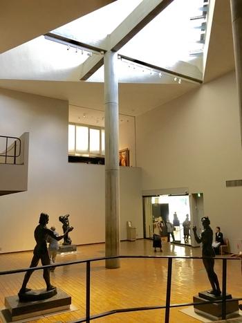 この美術館の要とも言える19世紀ホールは、自然光が入る三角形の天窓、木の型枠にコンクリートを流し込んで作らた柱、2階や中3階とのつながりなど、いろいろな角度からコルビジェの創意工夫が体感できる吹き抜け空間になっています。  ここを中心に、常設展示室がぐるりと囲むように構成され、展示作品が増えても成長できるような「無限成長美術館」をつくりたいという想いが表れています。