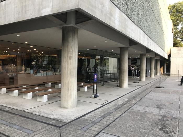 ル・コルビュジエが提唱した「近代建築の5つの要点」の中の一つが1階部分を柱だけで構成したピロティ。今ではいろいろな場所で見られる光景ですが、これを初めて作ったのがコルビュジエでした。