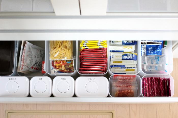 深い引き出しの中では埋もれてしまいがちな細々した食品も、ボックスですべてが見渡せるように。 きちんと分類されているので、「買うのはここに入るだけ」と決めておけば、管理もスムーズになります。