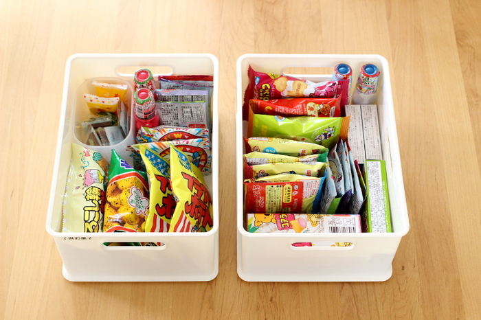 子供の小さなお菓子は、深いボックスに入れると底に埋もれてしまって、賞味期限切れで発見…なんてことに。 浅めのボックスに立てて入れると、バラバラしたお菓子でも管理がしやすくなります。  こちらは、ニトリの「インボックス」という商品だそう。 さらに細かいお菓子は、ダイソーの「積み重ねボックス」にまとめられています。