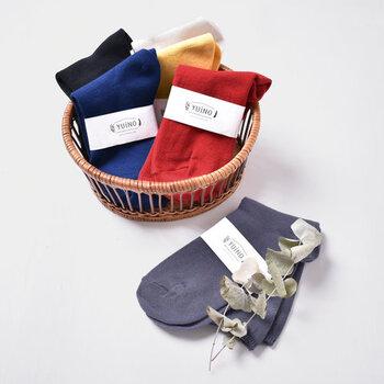 秋冬に欠かせないタイツや靴下。色味があるものを選ぶと、ボトムスの裾からチラ見せするだけでもコーデの雰囲気を異なるものにしてくれます。