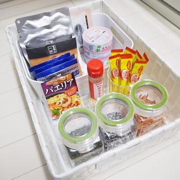 大きなかごに細かな乾物を収納したいときは、中にボックスを入れて仕切ると◎ 倒れにくく、他の食品と混ざる心配がありません。  詰め込みすぎず、すべての食品が見渡せるようになっているので、料理のときも目的のものがすぐに取り出せそうです。
