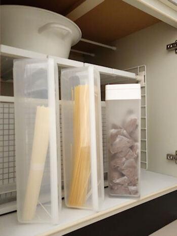 一度開封してしまうと、折れないように気を使わなければならない乾麺。 こんな風にパスタ専用の容器に入れると、折れる心配もなく楽に管理ができます。