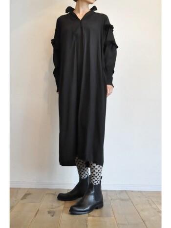 幾何学的な模様のタイツ。グレー×黒で、柄タイツでもクールな印象。オールブラックコーデに遊び心をプラスできます。